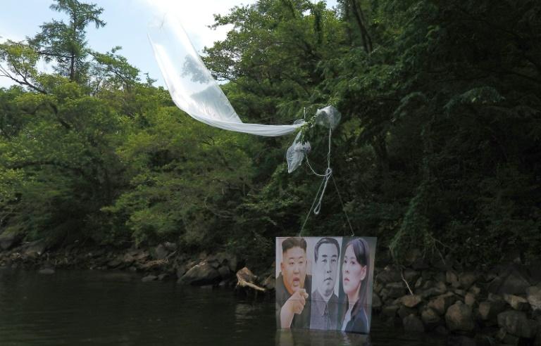 Balão com um cartaz com retratos dos líderes norte-coreanos Kim Il Sung (C) e Kim Jong Un e de sua irmã Kim Yo Jong lançado por ativistas em Hongcheon, Coreia do Sul