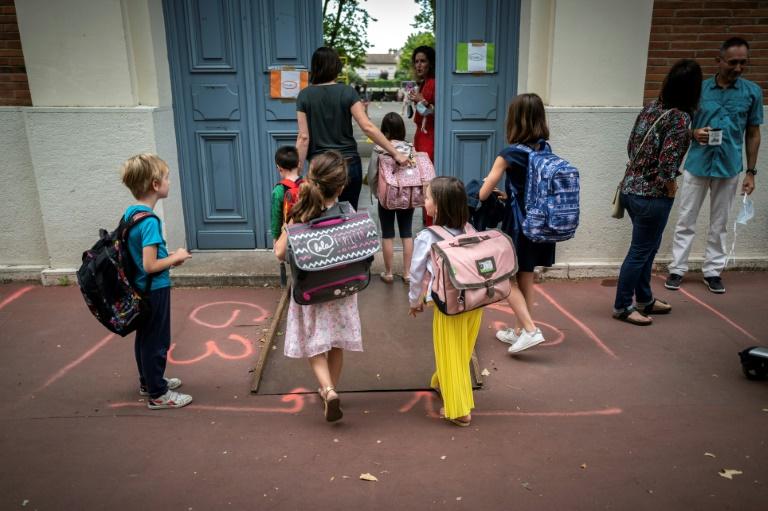 Pais e filhos chegam à escola primária Jules Julien em Toulouse, sul da França, em 22 de junho de 2020