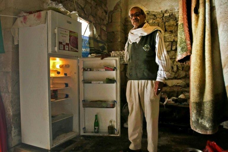 Libanês mostra sua geladeira vazia, em Sidon, ao sul do Líbano
