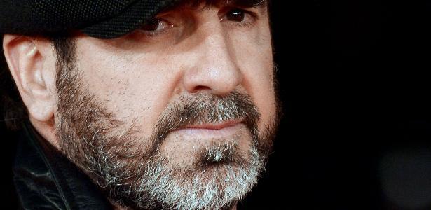 Eric Cantona vive uma figura que é a encarnação da rebeldia contra o sistema