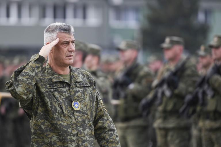 O Presidente do Kosovo, Hashim Thaçi, em frente aos membros da Força de Segurança do Kosovo em Pristina, em 13 de dezembro de 2018.