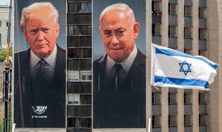 Cartazes do presidente dos EUA, Donald Trump, e do primeiro-ministro israelense, Benjamin Netanyahu, em Jerusalém