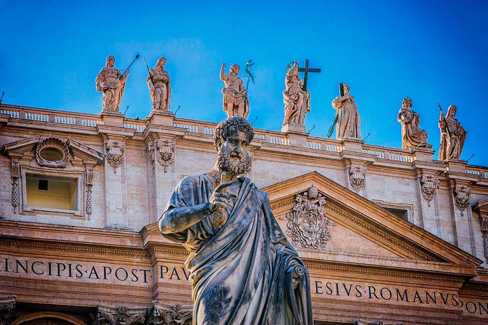 A devoção popular consagrou pedro como padroeiro dos porteiros porque Jesus prometeu a ele as chaves do Reino dos Céus