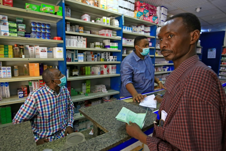 Farmácia de Cartum, Sudão, eSegundo o Ministério da Indústria e Comércio, das 27 fábricas farmacêuticas sudanesas que satisfazem quase 45% das necessidades do país, apenas 19 continuam funcionandom 18 de junho de 2020