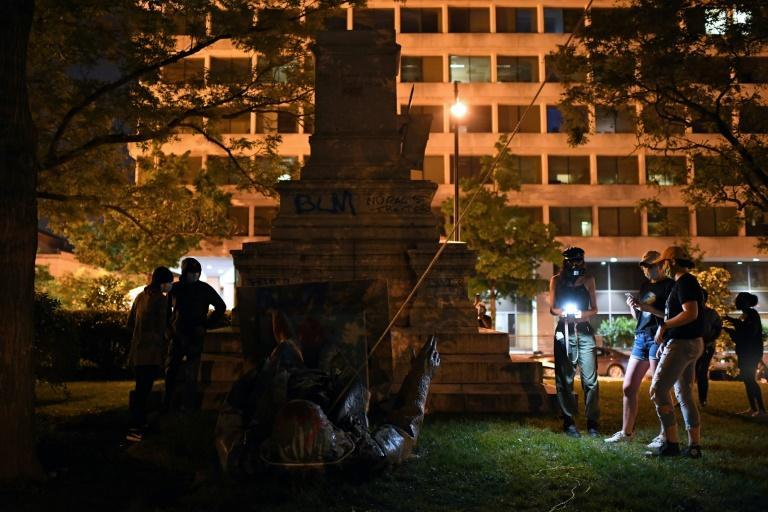 A estátua de um general confederado, Albert Pike, depois de ter sido derrubada por manifestantes e incendiada em Washington, DC, em 20 de junho