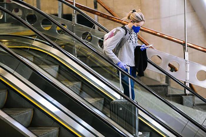 Passageira usa máscara no Aeroporto de Congonhas (SP) em meio à pandemia de coronavírus