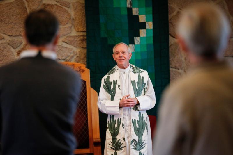 O padre jesuíta Chris Corbally, astrônomo do Observatório do Vaticano, celebra a missa para os membros da Oficina de Fé e Astronomia da instituição no Centro de Renovação Redentorista 13 de janeiro de 2016, em Tucson, Arizona