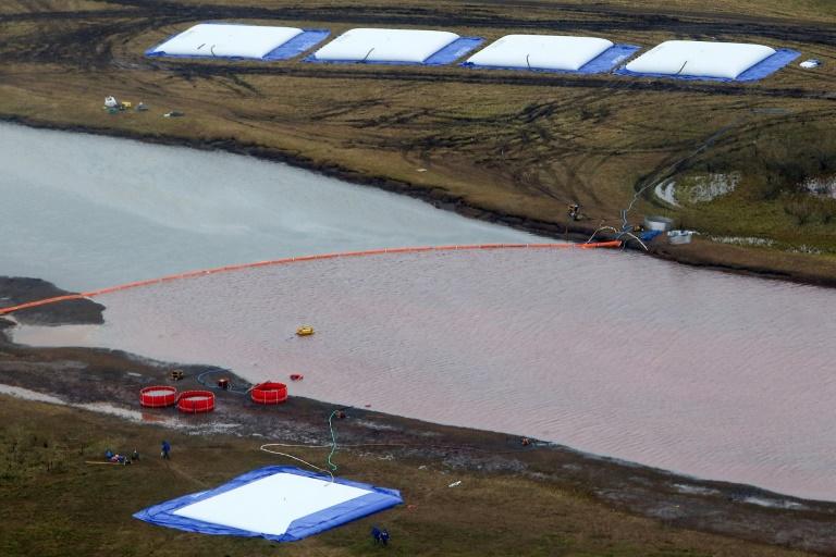 Barreira flutuante para evitar a contaminação do rio Ambarnaya com hidrocarbonetos, perto de Norilsk, no Ártico russo