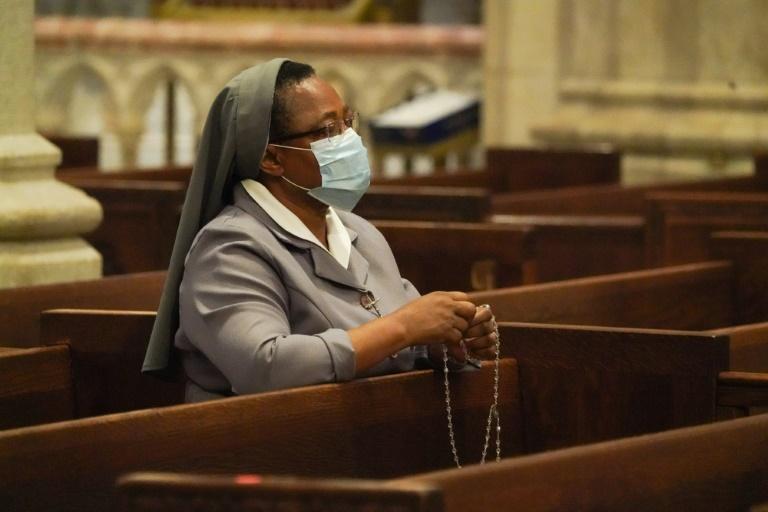 Uma freira reza na Catedral de São Patrício, reaberta com 25% de sua capacidade, em meio à pandemia do novo coronavírus, em Nova York, 28 de junho de 2020