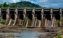 O reservatório Carraízo encontra-se em nível raramente baixo devido à seca em Porto Rico (AFP)