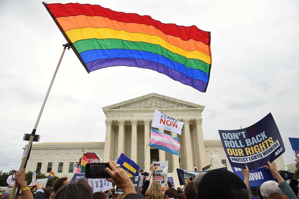Manifestantes protestam do lado de fora da Suprema Corte dos EUA, quando o tribunal ouve argumentos em três casos relacionados à discriminação no local de trabalho contra funcionários LGBTQ