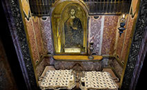 Os pálios são armazenados na Basílica de São Pedro, em Roma, aos pés do altar de confissão (altar central), muito próximo ao túmulo do apóstolo Pedro (Vatican Media)