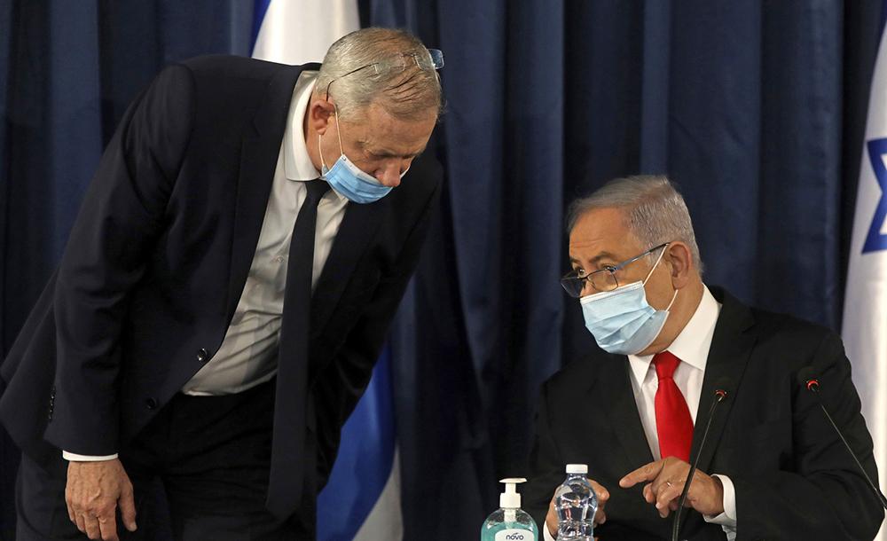 Benny Gantz e Benjamin Netanyahu em encontro de gabinete em 7 de junho
