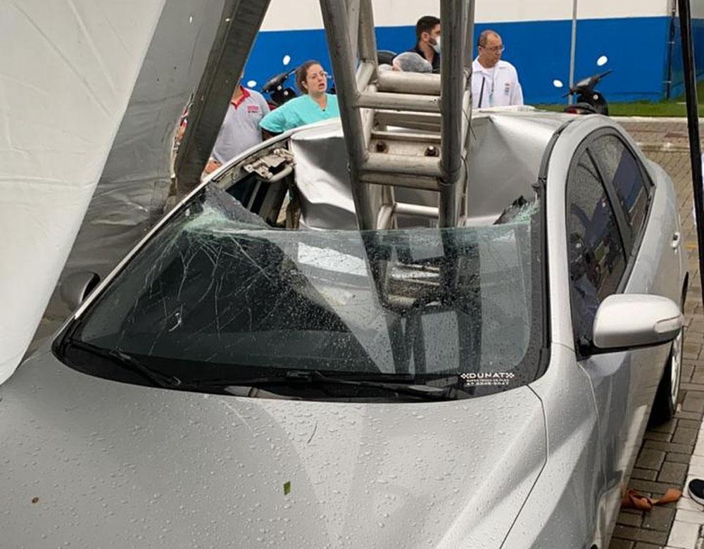 Estrutura caiu e atingiu carro