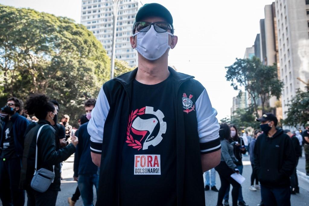 Manifestantes vestindo a camiseta do time Corinthians Antifa em ato de defesa da democracia na Avenida Paulista, em São Paulo, no domingo 31 de maio