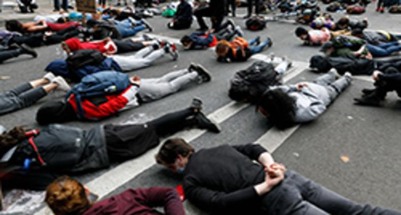Milhares se manifestaram pelo terceiro dia consecutivo em Portland, no Centro de Justiça de Oregon e em Portland, Oregon, para protestar contra o assassinato de George Floyd em Minneapolis, Minnesota, em 25 de maio (John Rudoff / Anadolu Agency/ AFP)