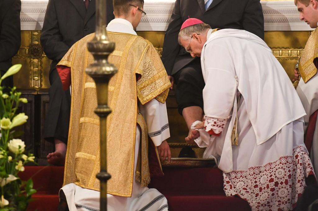 Ao lavar os pés dos discípulos, Jesus ensina que poder é serviço