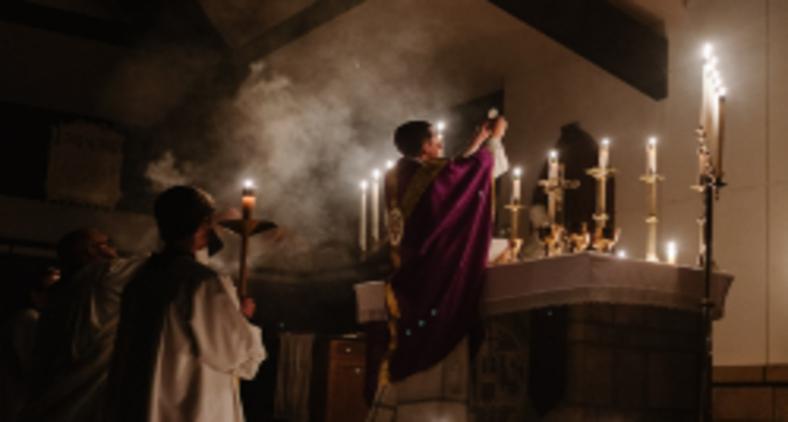 O erguimento do pão e do cálice, nesse momento, é uma herança do rito anterior ao Concílio Vaticano II, o chamado rito de Pio V ou Missa Tridentina (Josh Applegate / Unsplash)