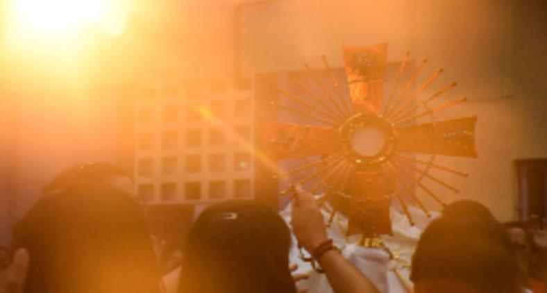 É urgente superar o imperativo do 'ver', no que diz respeito à Eucaristia, para a justa valorização dos sentidos aos quais ela de fato remente (Erica Viana / Unsplash)