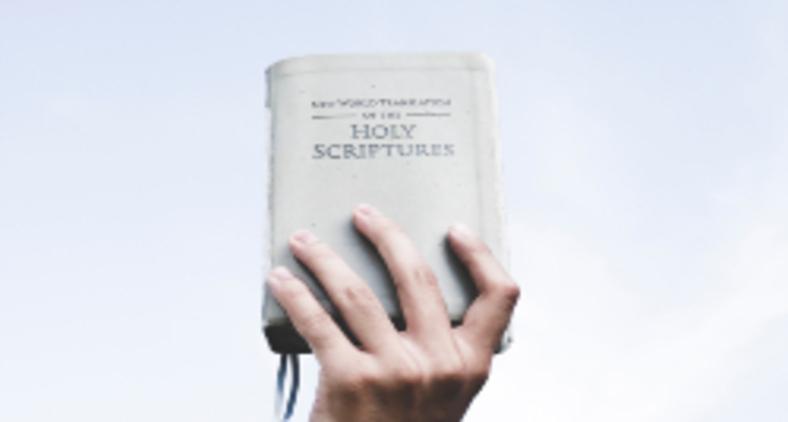 Para o fundamentalista há sempre uma forma correta de se falar a respeito de Deus (Ian Espinosa / Unsplash)