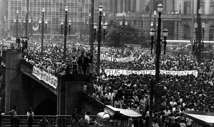 Passeata de estudantes no centro de São Paulo pela anistia e pelas liberdades democráticas em 5 maio de 1977
