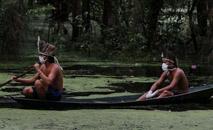 Indígenas satere mawe navegam no rio Ariau durante a pandemia de coronavírus na comunidade Sahu-Ape, no estado do Amazonas (Ricardo Oliveira/AFP)