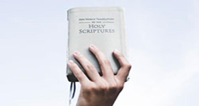 Tratar o texto bíblico como amuleto ou, ainda, rejeitar a Tradição cristã está muito longe daquilo que Jesus anunciou e também da proposta da Reforma Protestante (Unsplas Ian Espinosa)