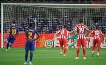 O atacante argentino do Barcelona, Lionel Messi, converte um pênalti de cavadinha no empate em casa com o Atlético de Madrid (AFP)