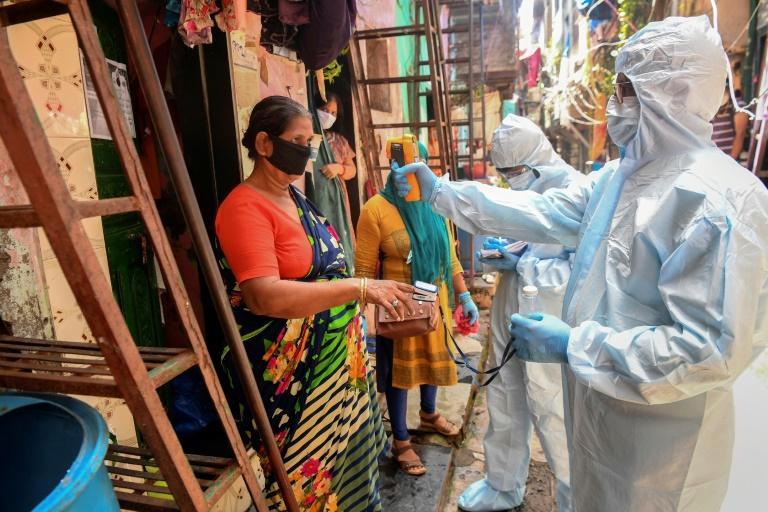 Profissionais de saúde realizam inspeção de porta em porta em Dharavi