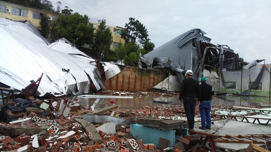 Forte ventania destruiu um galpão comercial em Palmitos (SC)