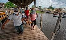 Paciente com sintomas de Covid-19 é transportado para hospital fluvial no Amazonas (Tarso Sarraf/AFP)