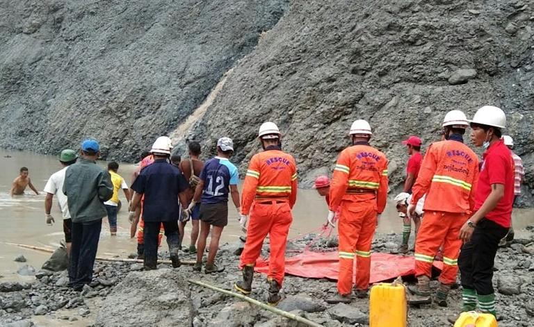 Equipes de resgate tentam localizar sobreviventes após deslizamento de terra em minas de jade de Hpakant, norte de Mianmar