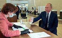 O presidente russo Vladimir Putin vota em Moscou no dia 1 de julho de 2020 (SPUTNIK/AFP)