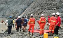 Equipes de resgate tentam localizar sobreviventes após deslizamento de terra em minas de jade de Hpakant, norte de Mianmar (Departamento de Bomberos de Birmania/AFP)