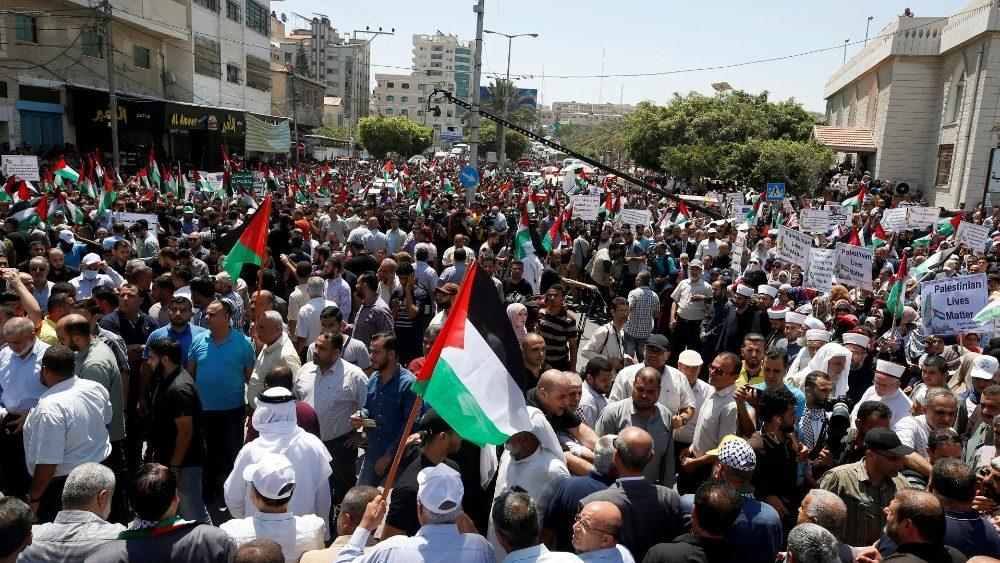 Manifestantes participam de um comício na cidade de Gaza enquanto os palestinos pedem um 'dia de raiva' para protestar contra o plano de Israel de anexar partes da Cisjordânia, em 1º de julho de 2020