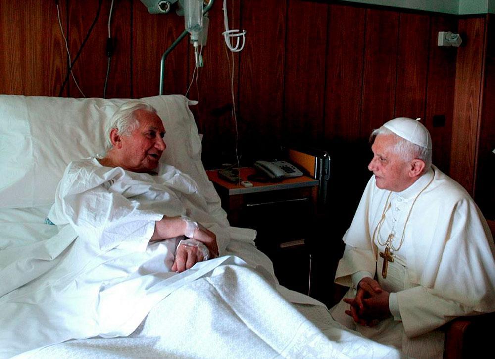 Atual papa foi o primeiro a saber da morte do irmão do antecessor e agradece essa delicadeza ao emérito