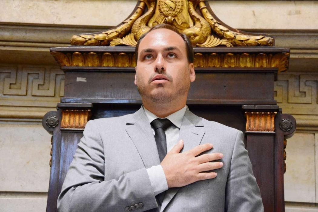 Vereador é investigado pelo crime de rachadinho, o mesmo que teria sido cometido pela irmão, Flávio