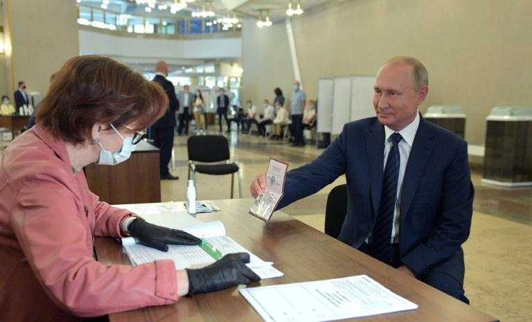 O presidente russo Vladimir Putin vota em Moscou no dia 1 de julho de 2020