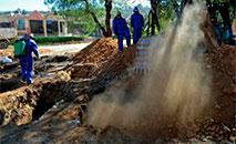 Trabalhadores cavam fossas no cemitério geral de Cochabamba, Bolívia, em 2 de julho de 2020, em meio à pandemia do novo coronavírus (AFP)