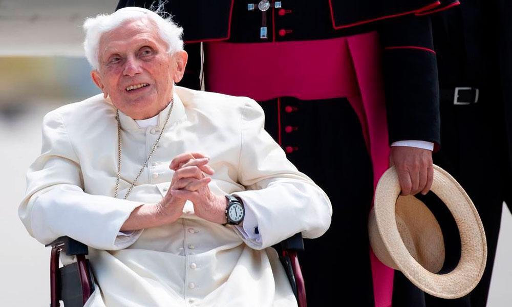 O papa emérito Bento XVI no aeroporto de Munique, sul da Alemanha. Fundamentalistas atribuem manchas no rosto a supostas agressões