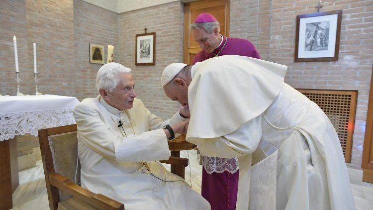 Papa Francisco encontra Bento XVI na véspera da canonização de Paulo VI, em 2018