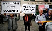 Simpatizantes e ativistas exibem cartazes para pedir a liberdade de Assange, em Londres (AFP)