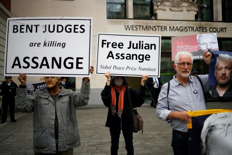 Simpatizantes e ativistas exibem cartazes para pedir a liberdade de Assange, em Londres