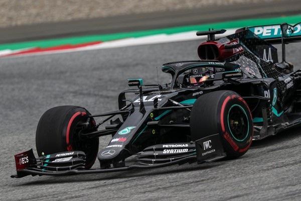 Lewis Hamilton pilota Mercedes com a nova cor preta na Áustria