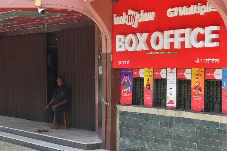 Guarda de segurança na entrada de um cinema fechado devido à pandemia de Covid-19 em Bombaim, Índia
