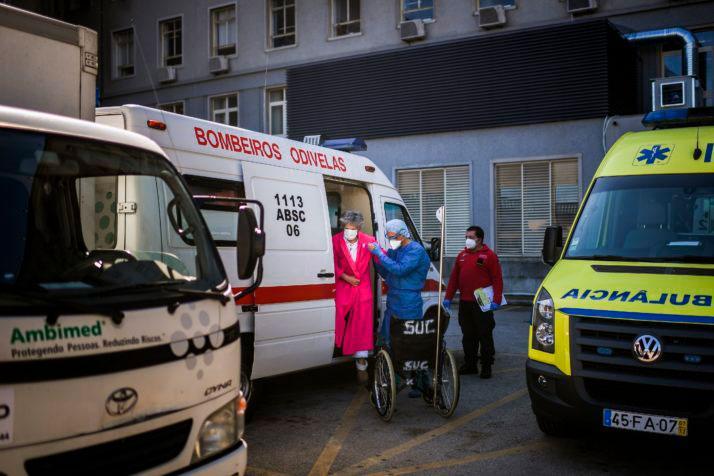 Paciente com Covid-19 é levada ao hospital em Portugal: 'todos os cidadãos do mundo perceberam que nossos sistemas de saúde são absolutamente essenciais'