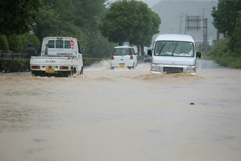 Estrada inundada em Yatsushiro, Kumamoto, sul do Japão