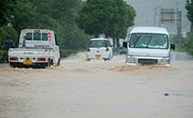 Estrada inundada em Yatsushiro, Kumamoto, sul do Japão (JIJI PRESS/AFP)