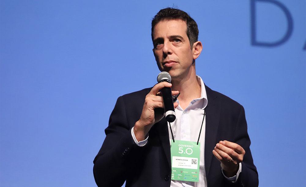 o secretário Renato Feder usou as redes sociais para reagir à pressão de alas ligadas ao escritor Olavo de Carvalho