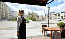 Restaurantes, bares e hotéis se adaptaram ao novo normal com máscaras faciais e distanciamento físico (AFP)